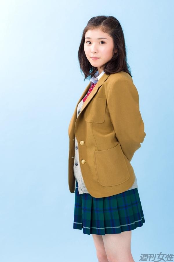 制服姿の松岡茉優